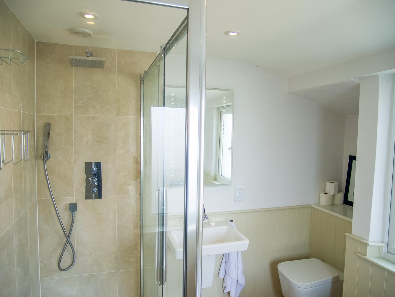 Sunbeam Cottage Family Bathroom